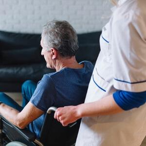 Asistente gerontológico y personas con capacidades diversas